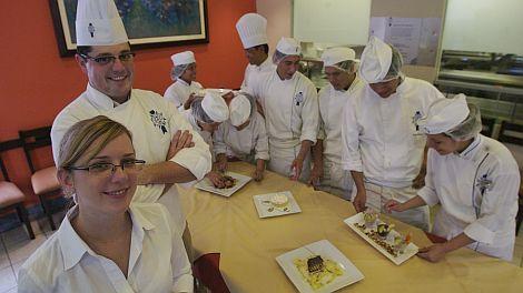 Chefs evalúan a estudiantes de cocina