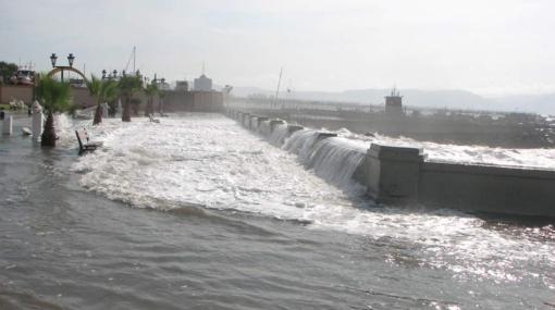 Se salió el mar: un fuerte oleaje alarmó a vecinos del Callao y dejó pistas inundadas