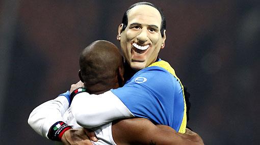 Tarjeta amarilla a Materazzi por celebrar con la máscara de Berlusconi