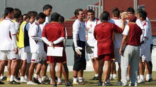 DT de Estudiantes Tecos está nervioso: echó de la práctica a un hincha peruano