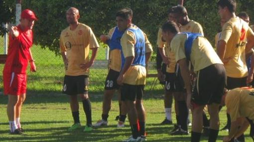 Juan Aurich ya entrena en Argentina y mañana reconoce cancha donde chocará con Estudiantes de La Plata
