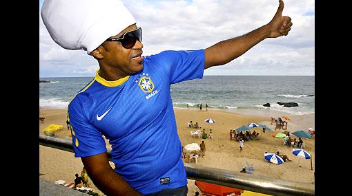 Comenzó la fiesta del fútbol: Brasil presentó su camiseta alterna en el Carnaval de Bahía