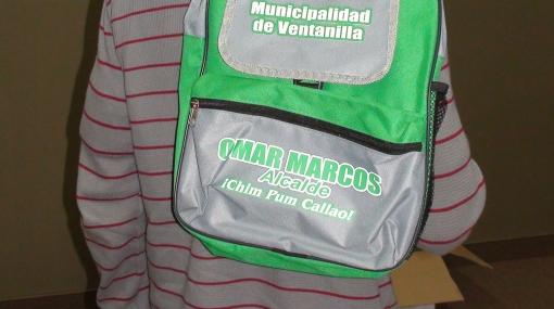 Alcalde de Ventanilla reparte a niños últiles escolares con su nombre