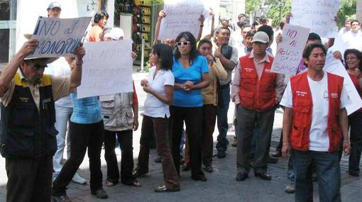 Cambistas en Arequipa protestan porque bancos no aceptan dólares con sellos