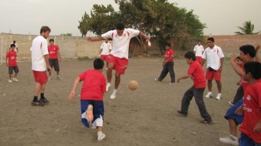 'Ciclón' sopla esperanza: jugadores hicieron una obra benéfica y jugaron fútbol con niños sordos