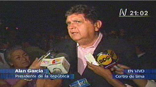 """Alan García  """"constató"""" en la Plaza de Armas quiénes tuvieron el """"gesto cívico"""" de apagar las luces"""