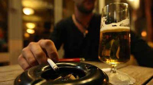 Queda prohibido fumar en lugares públicos cerrados como discotecas y restaurantes