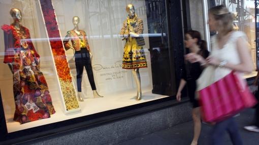 Las mujeres pasan tres años de su vida de compras, según sondeo por Internet