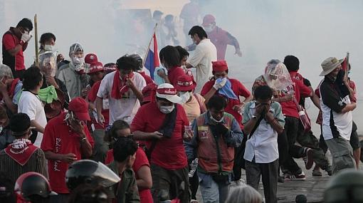 Se elevan a 18 los muertos y a más de 800 los heridos por la batalla campal en Bangkok