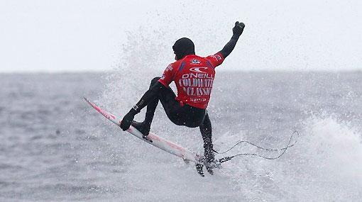 ¿Hombre rana? No, Gabriel Villarán surfeó así en el frío mar escocés