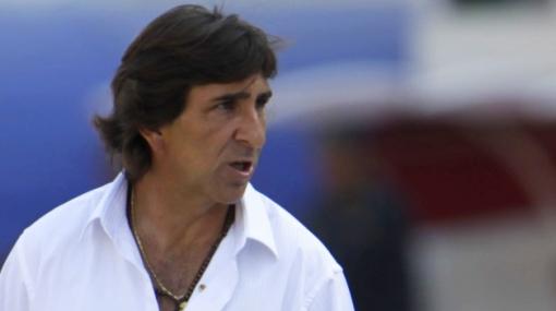 """Gustavo Costas se queja: """"Si los clubes peruanos pueden pisarte la cabeza, te la pisan"""""""