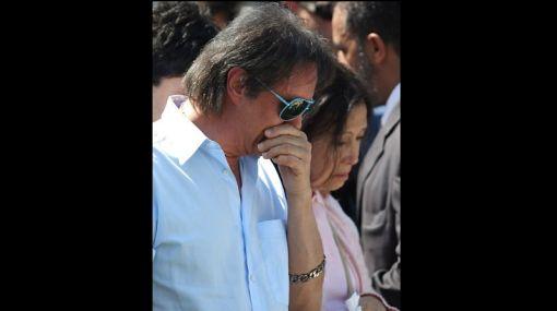 """Roberto Carlos cantó y lloró en el sepelio de su madre, """"Lady Laura"""""""