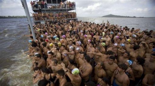 Cientos de nadadores participan en competencia de nado en el río Orinoco