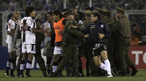 Periodistas peruanos coinciden en que el árbitro ecuatoriano no tuvo carácter