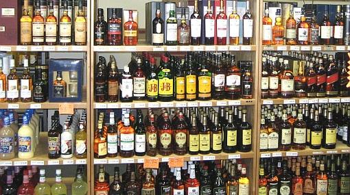 Sant Antoni (Ibiza) recuerda a los establecimientos la prohibición de exhibir alcohol en sus escaparates