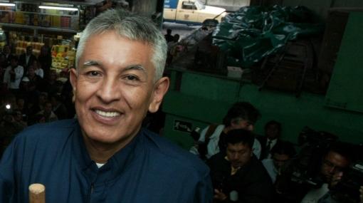 Alcalde de Surquillo acusó a Lourdes Flores de usar mercado sin permiso para hacer campaña