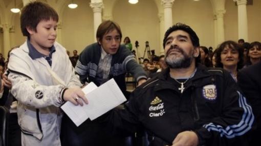 A Maradona le regalaron simbólico título de técnico para dirigir en el Mundial