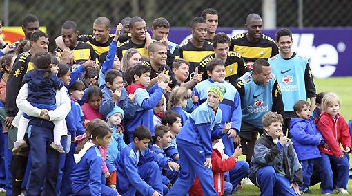 La selección brasileña se reencontró con sus fanáticos y Dunga sonrió