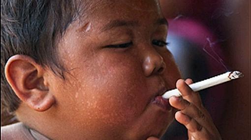 Fumador empedernido: niño de dos años fuma hasta 40 cigarros al día
