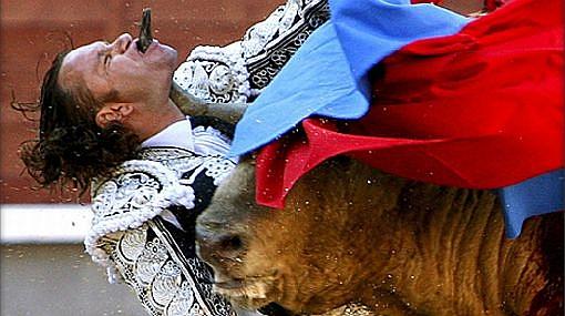 El torero español que recibió una brutal cornada está intubado y con pronóstico grave