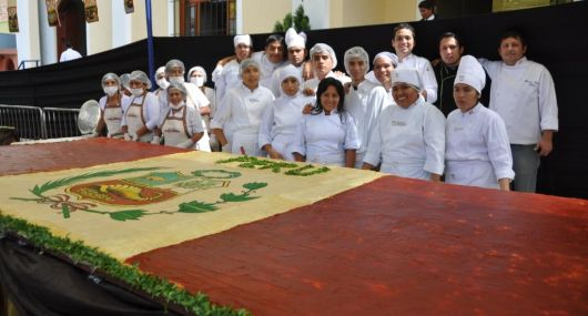 En Surco presentaron descomunal causa andina de 900 kilos