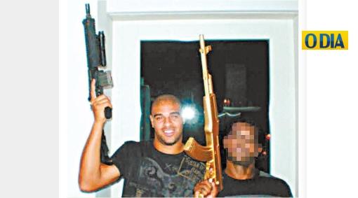 Adriano en problemas: será investigado por la policía brasileña por posar con un fusil