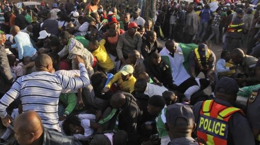 Avalancha de hinchas dejó 25 heridos en partido amistoso en Sudáfrica