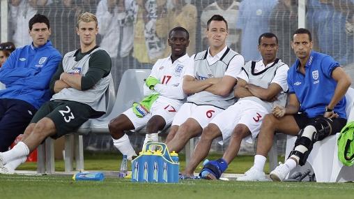 Con Ferdinand en la banca: Inglaterra goleó 3-0 a un equipo sudafricano