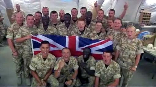Soldados británicos alientan a su selección desde el frente de batalla
