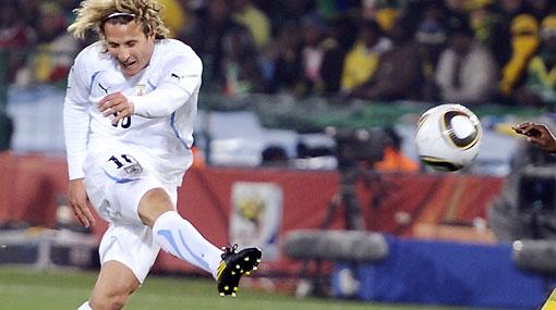 Diego Forlán encabeza la tabla de goleadores del Mundial con sus dos tantos