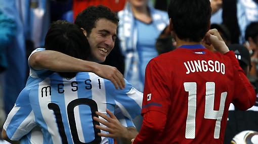 Argentina quedó a un paso de octavos con 'hat trick' de Higuaín