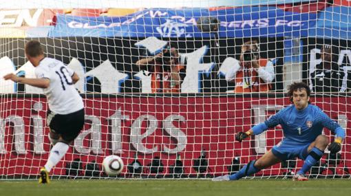"""FOTOS: Lukas Podolski se defendió de su penal errado diciendo que """"no fue mal pateado"""""""