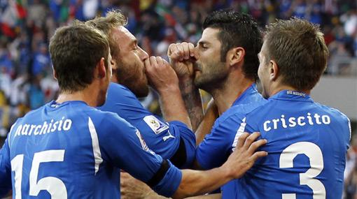 Danielle de Rossi celebró el gol italiano ante Nueva Zelanda 'tocando' una vuvuzela