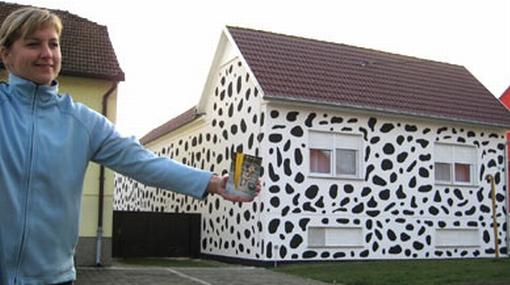 Familia pintó su casa con manchas negras en homenaje a su perro dálmata