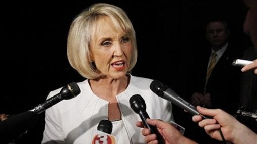 Gobernadora de Arizona vinculó a los inmigrantes con el narcotráfico