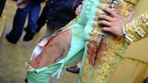 Tremendo susto: torero español solo sufrió cortes tras una espectacular embestida