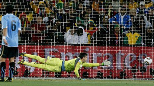 """Uruguay venció por penales a Ghana y clasificó a semifinales con gol del """"Loco"""" Abreu"""