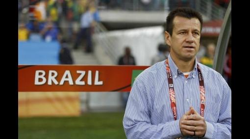 Dunga vuelve a Brasil, recibe aplausos y sugiere que podría seguir