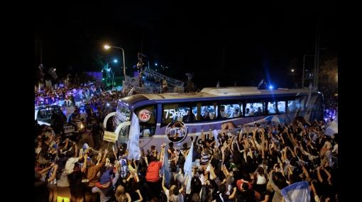 Maradona y sus jugadores sorprendidos por recibimiento de multitud de hinchas