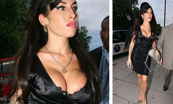 Amy Winehouse impactó con su escote en Londres