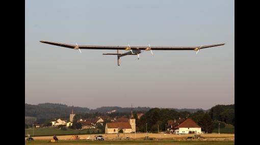 Avión propulsado por energía solar intenta su primer vuelo nocturno