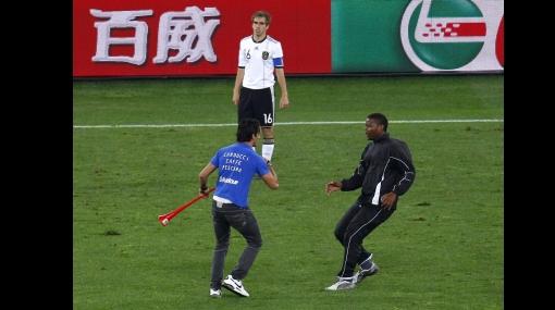 Un hincha ingresó al campo en pleno partido España-Alemania tocando una vuvuzela