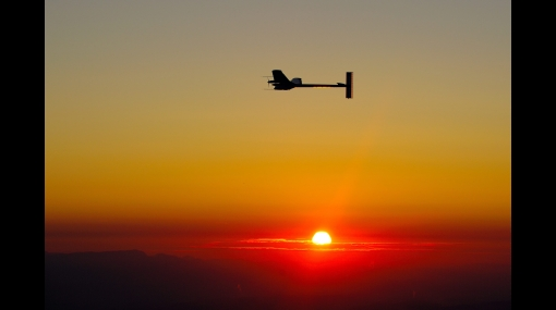 Histórico: avión propulsado por energía solar completó con éxito su primer vuelo nocturno