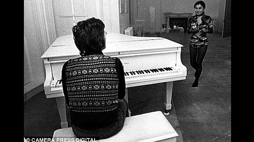 Los 'beatlemaníacos' están furiosos: Lady Gaga tocó con el piano de John Lennon