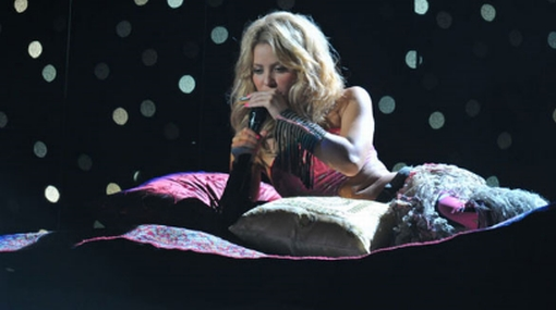 """Shakira abrió gala de Premios Juventud flotando sobre una """"alfombra mágica"""""""