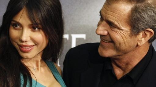 Ex novia de Mel Gibson asegura que el actor también le pegó a su hija