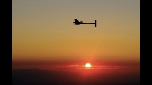 El avión Solar Impulse logró su primer aterrizaje nocturno