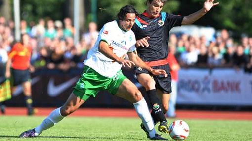 Claudio Pizarro anotó en la victoria 3-1 del Werder Bremen sobre el Racing Santander