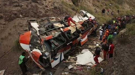 Tragedia en Ecuador: mueren 42 personas en accidente de bus