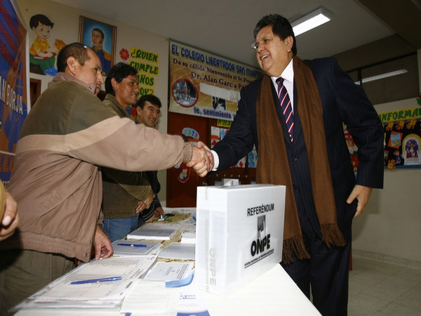 Twitteros fotografiaron a políticos votando